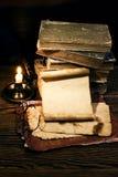 Alte Bücher auf dem alten Papierhintergrund Stockfotografie