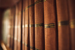 Alte Bücher auf dem Bücherregal Lizenzfreies Stockfoto