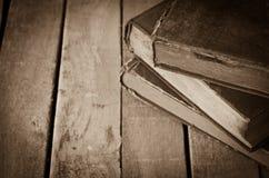 Alte Bücher auf dem Bretterboden Stockfotos