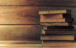 Alte Bücher auf dem Bretterboden Lizenzfreies Stockbild