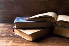 Alte Bücher auf dem hölzernen Lizenzfreie Stockfotografie