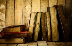 Alte Bücher auf dem hölzernen Hintergrund Lizenzfreie Stockfotografie