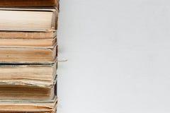 Alte Bücher auf dem hellen Hintergrund Lizenzfreies Stockfoto