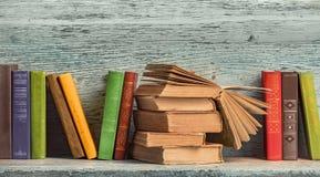 alte Bücher auf dem Hintergrund Stockfoto