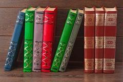 Alte Bücher auf dem Hintergrund von einem hölzernen Stockbilder