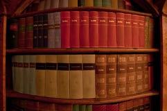 Alte Bücher auf dem Regal Stockfotos