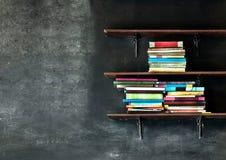 Alte Bücher auf dem Regal Lizenzfreies Stockfoto