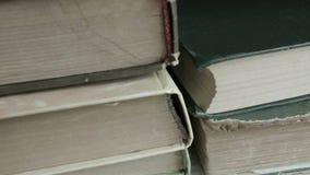 Alte Bücher auf dem Regal stock video