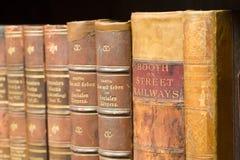 Alte Bücher auf dem Regal Stockfoto