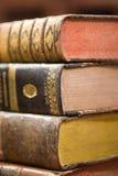 Alte Bücher auf dem Regal Stockbilder