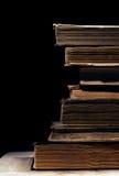 Alte Bücher auf dem schwarzen Hintergrund Stockfotos