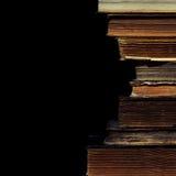 Alte Bücher auf dem schwarzen Hintergrund Lizenzfreie Stockbilder