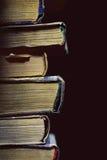 Alte Bücher auf dem schwarzen Hintergrund Lizenzfreie Stockfotografie