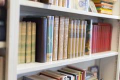 Alte Bücher auf den Regalen im Antiquitätengeschäft stockbild