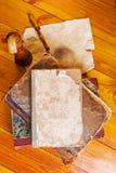 Alte Bücher auf der hölzernen Tabelle Stockfotos