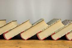 Alte Bücher auf der hölzernen Tabelle Lizenzfreie Stockbilder