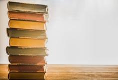 Alte Bücher auf der hölzernen Tabelle Lizenzfreie Stockfotos