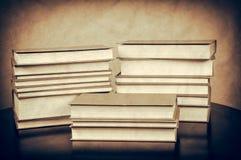 Alte Bücher auf der Tabelle Stockbilder