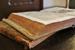 Alte Bücher auf der Tabelle Lizenzfreies Stockfoto