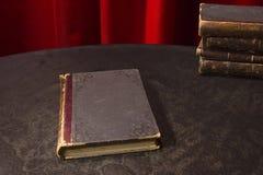 Alte Bücher auf der Tabelle Lizenzfreie Stockfotografie