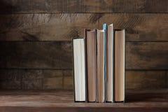Alte Bücher auf der Tabelle Lizenzfreie Stockbilder