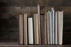 Alte Bücher auf der Tabelle Bibliothek, Wissenschaft, Wissen Lizenzfreie Stockbilder