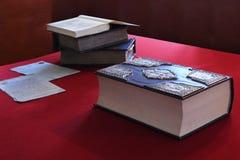 Alte Bücher auf der Weinlesetabelle Stockbilder