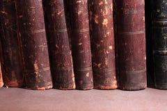 Alte Bücher auf Dunkelheit Lizenzfreie Stockbilder