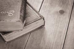 Alte Bücher auf eichenem Tisch Stockfotos