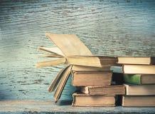 Alte Bücher auf einem alten Stockfotografie