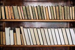 Alte Bücher auf einem archivalischen Regal der Bibliothek Stockbilder