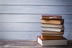 Alte Bücher auf einem blauen hölzernen Hintergrund mit Kopienraum Stockfoto