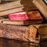 Alte Bücher auf einem Buch-Regal Stockfotos
