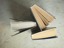 Alte Bücher auf einem grauen Hintergrund Lizenzfreies Stockfoto