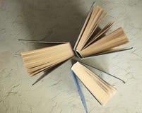 Alte Bücher auf einem grauen Hintergrund Stockbilder