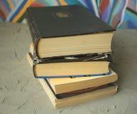 Alte Bücher auf einem grauen Hintergrund Stockbild