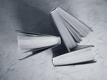 Alte Bücher auf einem grauen Hintergrund Lizenzfreies Stockbild