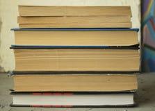 Alte Bücher auf einem grauen Hintergrund Stockfotos