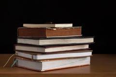 Alte Bücher auf einem hölzernen Stockbilder
