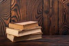 Alte Bücher auf einem hölzernen Hintergrund Stockfoto