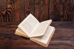 Alte Bücher auf einem hölzernen Hintergrund Stockbild