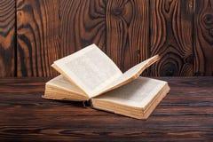 Alte Bücher auf einem hölzernen Hintergrund Lizenzfreie Stockfotografie