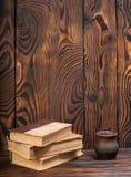 Alte Bücher auf einem hölzernen Hintergrund Lizenzfreies Stockbild