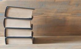 Alte Bücher auf einem hölzernen Regal Stockfotos