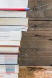 Alte Bücher auf einem hölzernen Regal Stockfotografie
