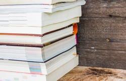 Alte Bücher auf einem hölzernen Regal Stockbild