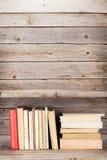 Alte Bücher auf einem hölzernen Regal Lizenzfreies Stockbild