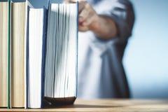 Alte Bücher auf einem hölzernen Regal Ausbildung Hauptbibliothek Lizenzfreie Stockfotografie
