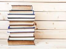 Alte Bücher auf einem hölzernen Regal Kapitalien für Bildung Lizenzfreie Stockbilder