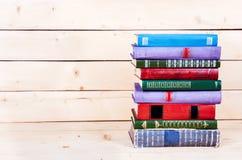 Alte Bücher auf einem hölzernen Regal Kapitalien für Bildung Stockfotografie